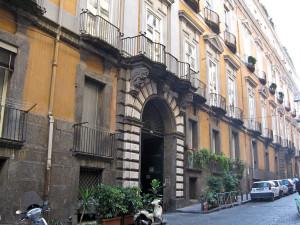 Napoli_-_Palazzo_Serra_di_Cassano_(ingresso)