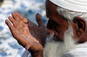 A Muslim man prays during Eid-al-Fitr in the northern Indian city of Allahabad October 2, 2008. Eid-al-Fitr is celebrated at the end of the fasting month of Ramadan, the holiest month in the Islamic calendar. REUTERS/Jitendra Prakash (INDIA)