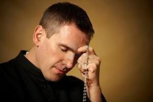 Sacerdote che prega
