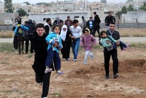 Syrian people flee from Syria after clashes between Syrian rebels and government soldiers in Rasulayn region,  a few hundred meters from Turkey's Ceylanpinar, in Sanliurfa, Turkey 9 November 2012.ANSA/VELI GURGAH/ANADOLU AGENCY TURKEY OUT HANDOUT EDITORIAL USE ONLY/NO SALES/NO ARCHIVES