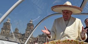 Papa Francesco saluta la folla dalla papamobile con un sombrero mentre arriva alla basilica di Nostra Signora di Guadalupe, a Città del Messico  13 febbraio 2016 (© Presidenciamx/Planet Pix via ZUMA Wire)