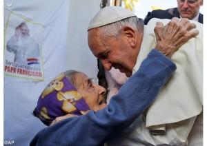 Papa-abbraccia-anziana-c