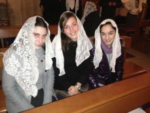 Donne velate in chiesa